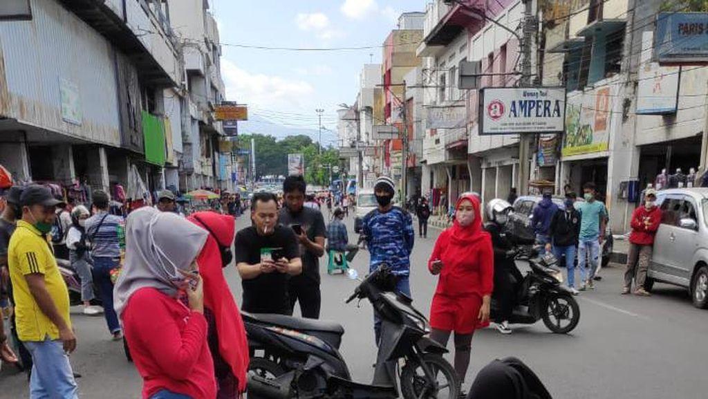 Ditutup Akibat COVID-19, Emak-emak Bandung Malah Bancakan di Tengah Jalan