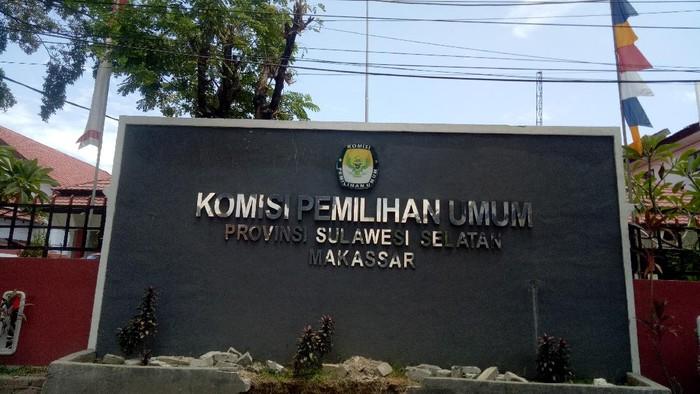 Kantor KPU Sulsel tutup sementara usai dikunjungi Ketua KPU RI Arief Budiman yang dinyatakan positif Corona