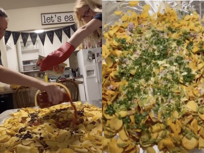 Makan Nachos yang Ditumpahkan di Atas Meja