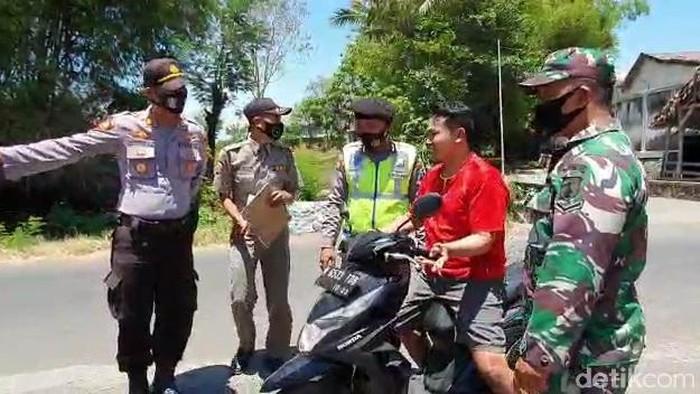 M Toha kaget kepergok tim pemburu pelanggar protokol kesehatan saat melintas di jalan Desa Candibinangun, Kecamatan Sukorejo, Kabupaten Pasuruan. Toha yang tak memakai masker ngeyel tak mau disanksi karena merasa tak salah.