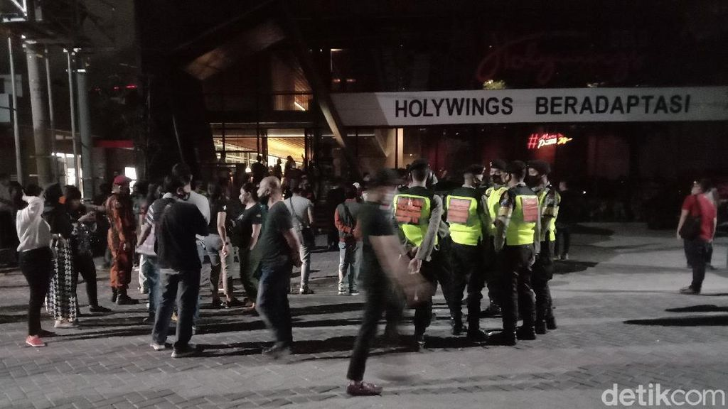 Ratusan Pengunjung Kafe di Surabaya Bubar Saat Didatangi Tim COVID-19 Hunter