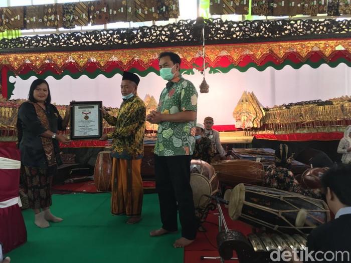 Pagelaran wayang kulit di Desa Ketapanrame, Kecamatan Trawas, Kabupaten Mojokerto memecahkan rekor Museum Rekor Dunia Indonesia (MURI). Pertunjukan selama 7 malam berturut-turut itu dinobatkan sebagai pagelaran wayang kulit secara daring terlama di dunia.