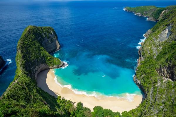 Pantai Kelingking di Nusa Penida, Bali katanya mirip kelingking. Namun banyak juga yang menyebutnya seperi kepala T-Rex. (Shutterstock)