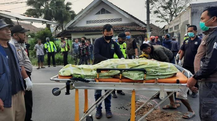 Pemotor di Sukabumi tewas ditabrak ambulans