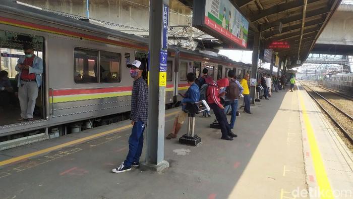 Penumpang KRL di Stasiun Tanah Abang (Luqman N Arun/detikcom)