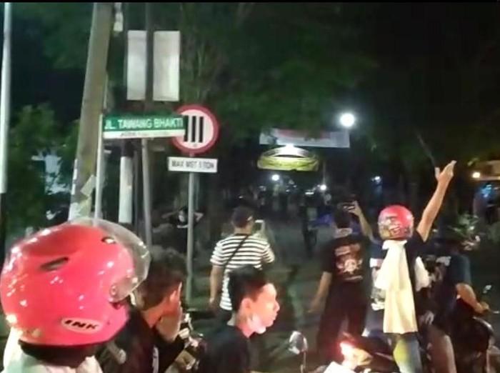 Video detik-detik perusakan tugu pesilat di Kota Madiun beredar. Ternyata kelompok perusak sempat bentrok dengan sejumlah warga setempat.