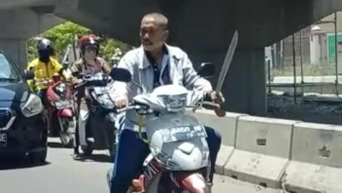 Pria di Makassar yang viral karena bawa motor bawa parang tanpa helm dan masker