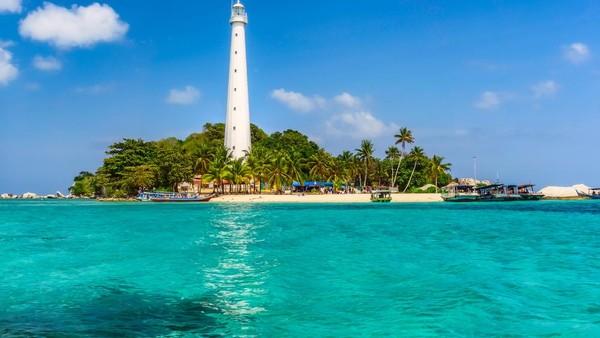 Pulau Lengkuas yang berada di Belitung identik dengan mercusuarnya. Mercusuar di Pulau Lengkuas sudah berdiri sejak tahun 1882, lho. Jadi, tak heran jika tempat ini sarat akan sejarah. Mercusuar setinggi 60 meter ini dibangunan di era kolonial Belanda. Sayangnya, pengunjung tidak boleh naik ke atas sejak tahun 2017. Pesona Pulau Lengkuas tak hanya mercusuarnya saja, tapi pemandangannya yang indah. Biota lautnya juga cantik, jadi jangan lupa snorkeling saat ke sini. Dok. Shutterstock.