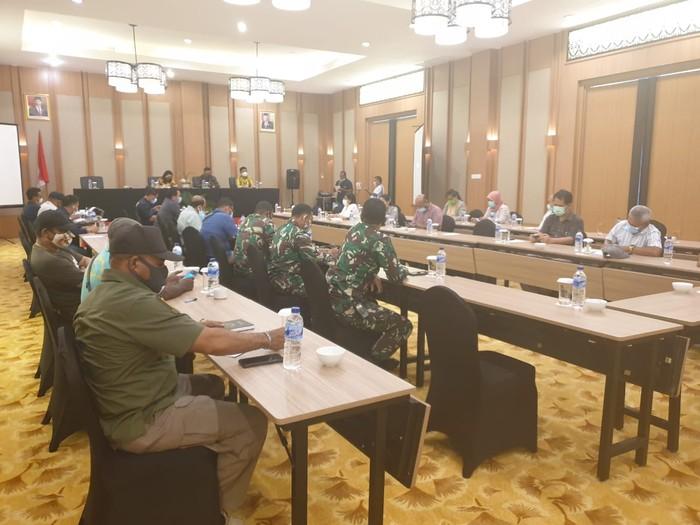 Rapat Pemkab Mimika dengan instansi terkait soal rencana pemberlakuan PSBB kembali (dok Istimewa)