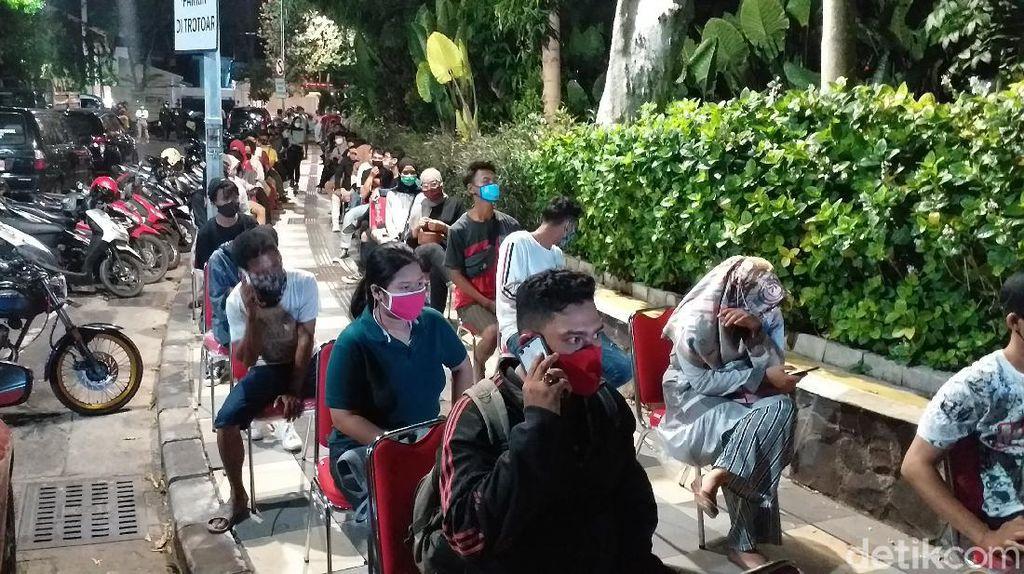 Risma Rapid Test Ratusan Warga yang Asyik Malam Mingguan di Taman Apsari