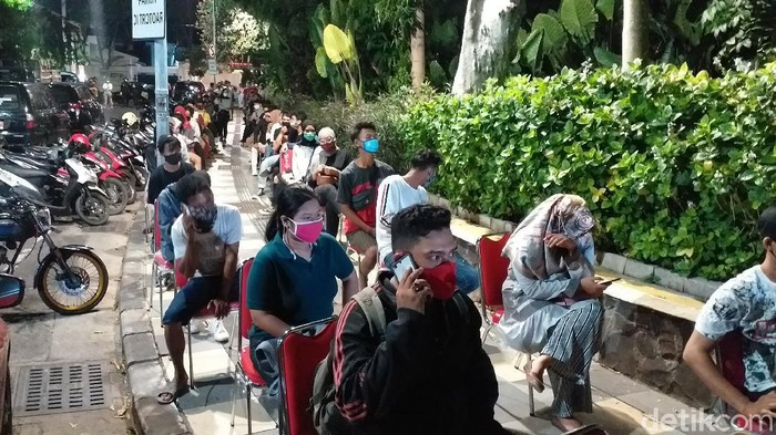 Wali Kota Surabaya Tri Rismaharini memerintahkan Tim Satgas COVID-19 untuk me-rapid test bagi warga yang terjaring razia di Taman Apsari. Jika diketahui reaktif maka akan dilakukan tes swab.