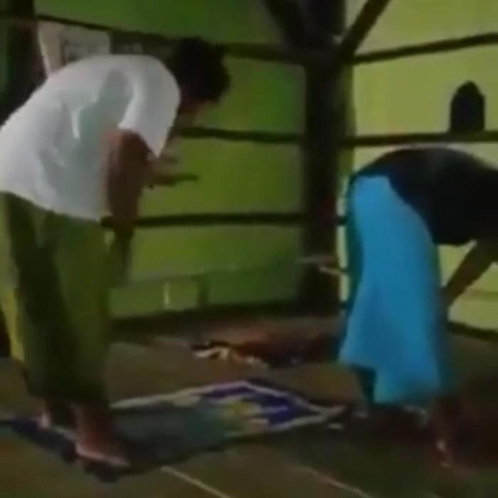 Video dua orang sedang salat berjemaah beredar luas. Video berdurasi 2,56 menit ini memperlihatkan sang makmum salat sembari bermain HP.
