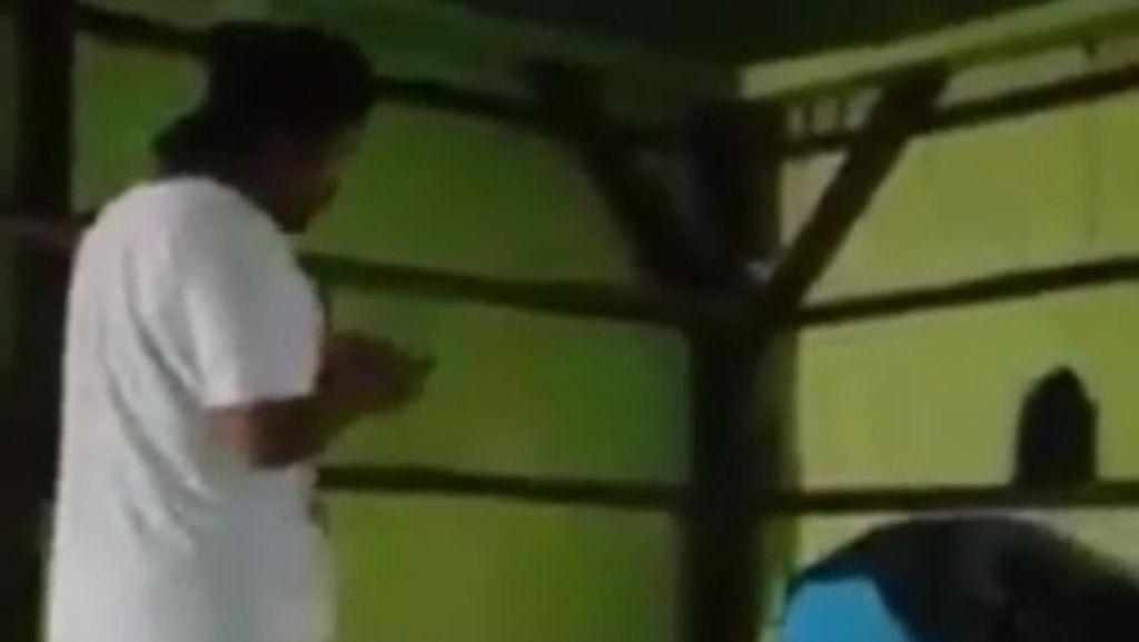 Video: Viral Aksi Pria di Sampang Salat Berjamaah Sambil Main HP