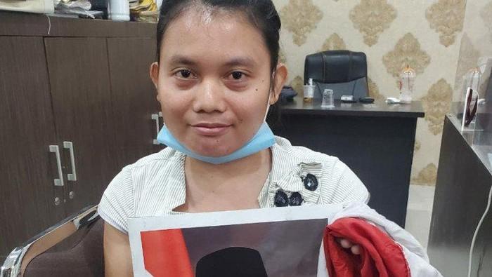 Tersangka dugaan pelecehan lambang negara Rohmeini Purba (28) diamankan Polda Sumut (ANTARA/HO)