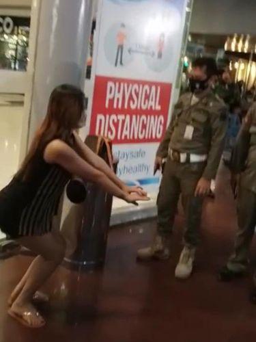 Viral petugas berkeliling 'menonton' wanita tak bermasker yang dihukum di sebuah mal di Manado (Screenshot video viral)