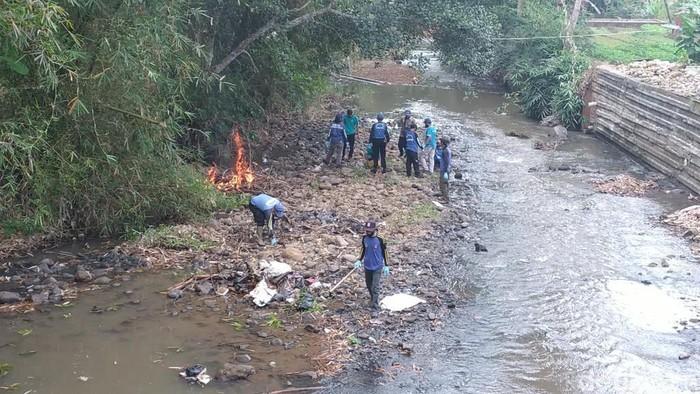 Warga Ciamis berjibaku membersihkan sungan di momen world cleanup day
