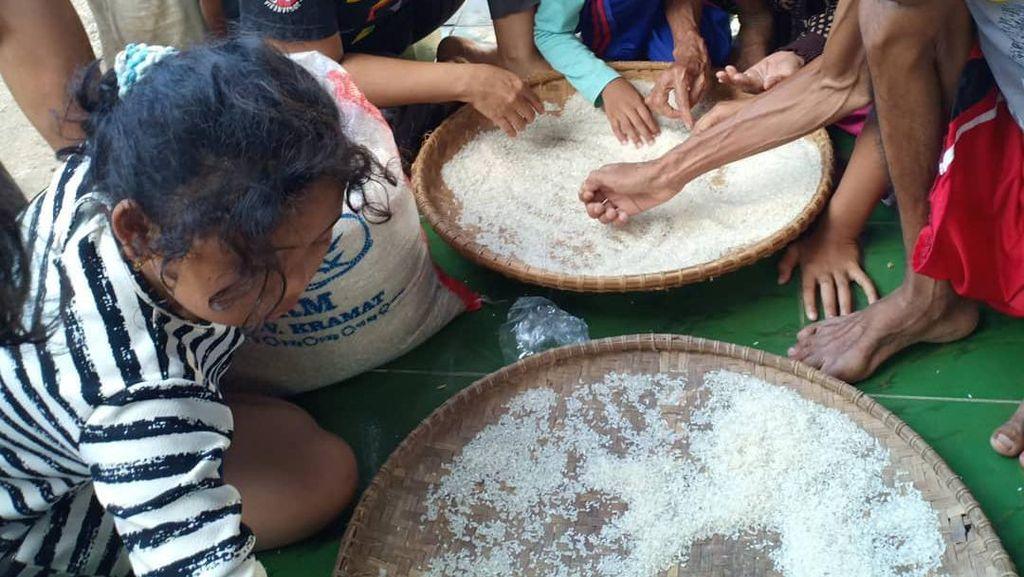 Waduh! Warga Sukaratu Cianjur Dapat Beras Bansos Bercampur Butiran Plastik