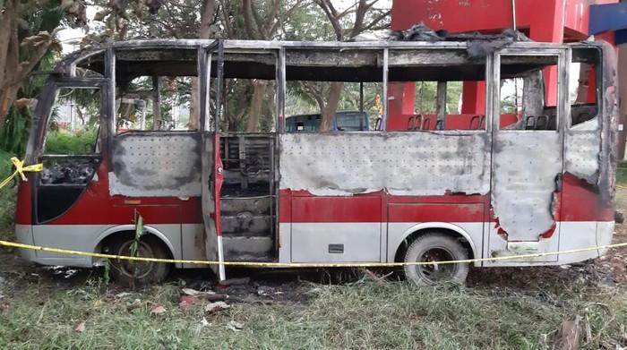 Bus di Kantor Bupati Pasangkayu dibakar anak di bawah umur (dok. Istimewa).