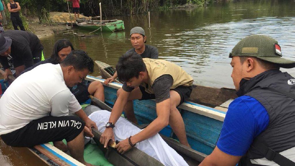 Video Evakuasi Ikan Pesut yang Nyasar di Sungai Kecil Riau