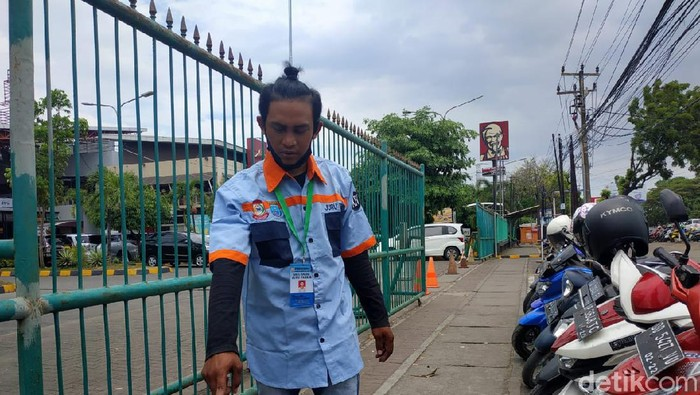 Irwan Torre, jukir di Kota Kota Makassar yang  mengembalikan uang Rp 24 juta yang ditemukannya tercecer di parkiran sebuah mal di Makassar (Hermawan-detikcom).
