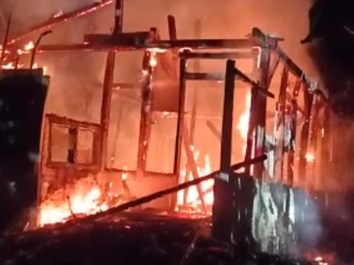 Rumah semi permanen milik seorang nenek di Trenggalek ludes terbakar. Beruntung kebakaran tidak menelan korban jiwa sebab dua penghuni rumah diselamatkan warga.