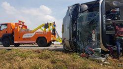 Hilang Kendali, Bus Masuk Jalur Berlawanan dan Terguling di Tol Cipali
