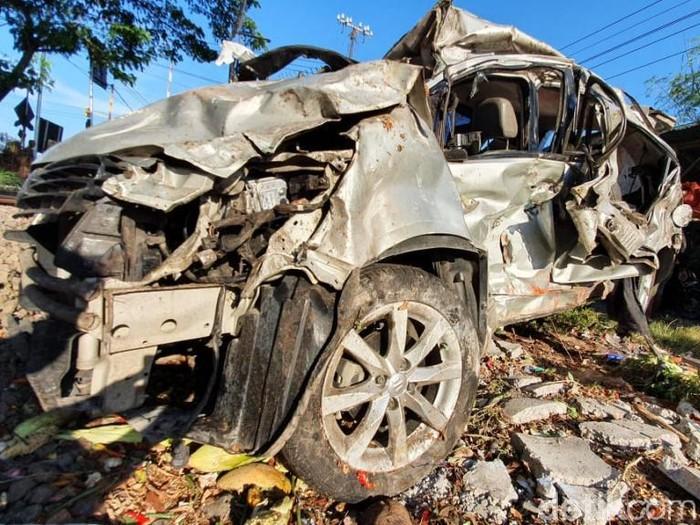 Mobil Suzuki Splash Nopol N 559 VH ringsek tertabrak kereta commuter di Kabupaten Pasuruan. Seorang penumpang tewas dalam kecelakaan tersebut.
