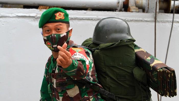 Sejumlah prajurit Yonif 133/Yudha Sakti berbaris membawa ransel sebelum menaiki kapal di Pelabuhan Dwikora Pontianak, Kalimantan Barat, Minggu (20/9/2020). Sebanyak 450 prajurit Yonif 133/Yudha Sakti dari Kodam I/Bukit Barisan dipulangkan dengan menggunakan KRI Teluk Hading usai bertugas di 29 pos pengamanan perbatasan RI-Malaysia di sektor timur Kalbar selama sembilan bulan. ANTARA FOTO/Jessica Helena Wuysang/foc.