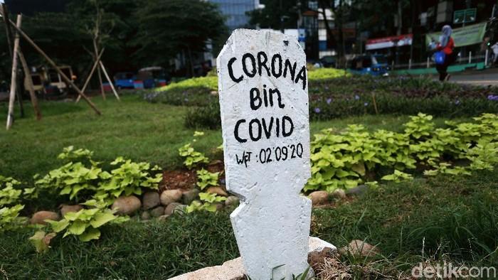 Sebuah kuburan dibuat di taman di Jalan Jatinegara Barat, Jakarta. Kuburan bertuliskan Corona bin Covid ini untuk mengingatkan bahaya COVID-19.