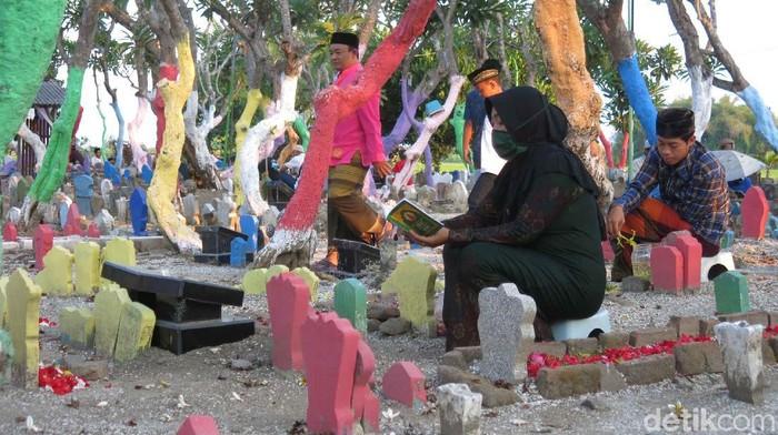 Angker dan seram kerap terlintas dalam pikiran saat berbicara soal makam. Namun kesan itu tidak tampak dari makam di Desa Balongdowo, Kecamatan Candi, Sidoarjo.