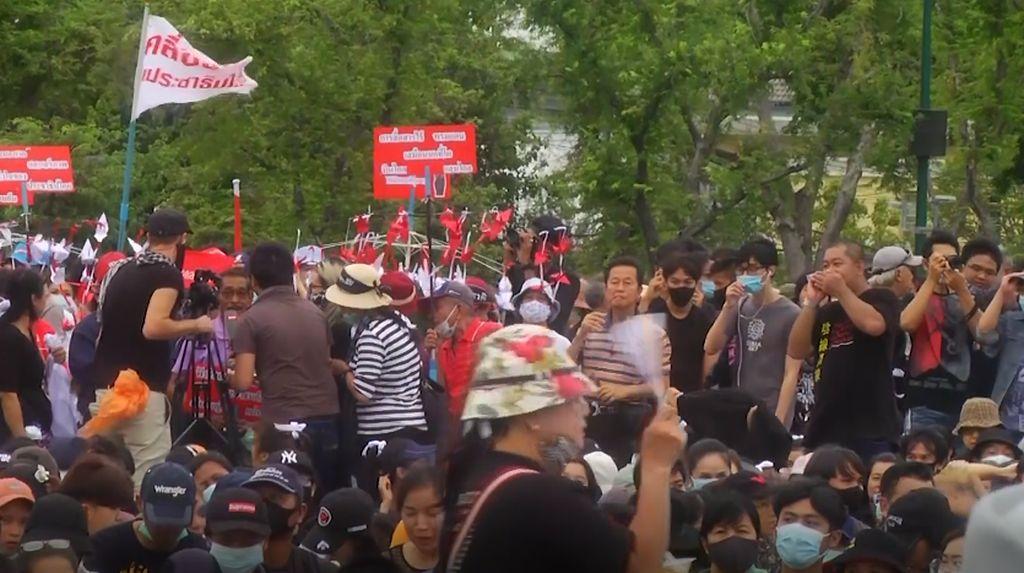Video Massa Pro-Demokrasi Tuntut PM Thailand Turun dari Kekuasaan