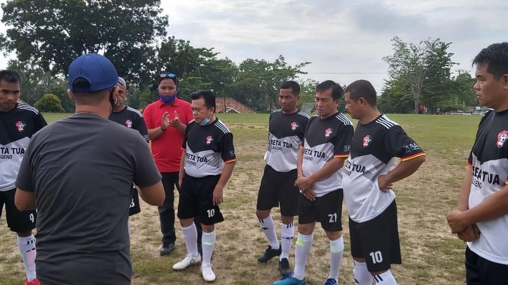 Jaga Stamina, Cagub Jambi Al Haris Ikut Turnamen Bola Bareng Warga