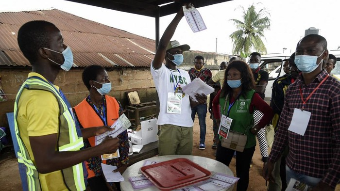 An official of Independent National Electoral Commission (INEC) count votes cast after the Edo State governorship elections in Benin City, Midwestern Nigeria, on September 19, 2020. - Hundreds of thousand voters gathered at the polls in Edo State, Midwestern Nigeria to elect a new governor or re-elect the incumbent governor, Godwin Obaseki of the Peoples Democratic Party (PDP) for a second term, the first elections in Africas most populous country amidst coronavirus pandemic. (Photo by PIUS UTOMI EKPEI / AFP)