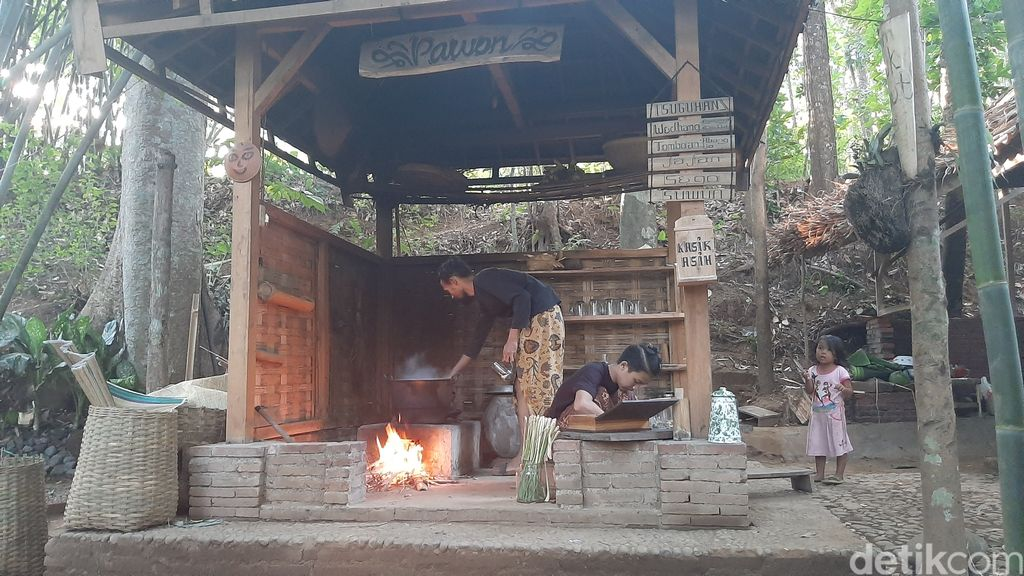 Nikmatnya Menghirup Wedang Sambil Ngemil Jemblem di Tomboan Ngawonggo