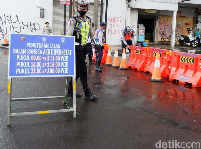 Pasar Baru, Kota Bandung, terkena imbas penutupan ruas Jalan Otista-Suniaraja. Begini aktivitas pedagang Pasar Baru saat jalan kembali dibuka.