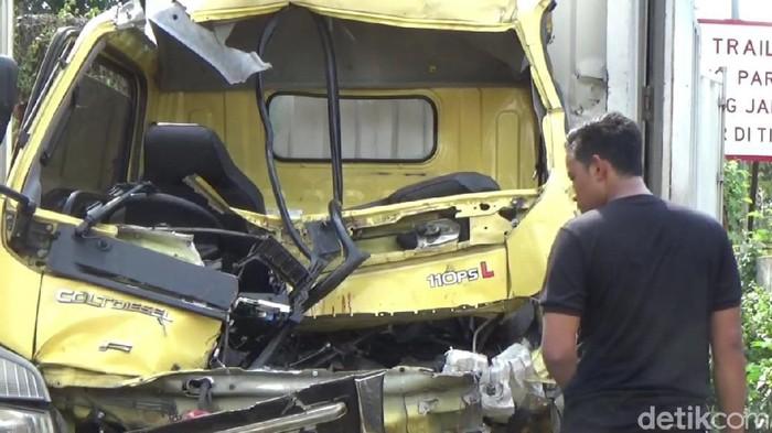 Tabrakan truk di tol cipularang KM 70 dua tewas