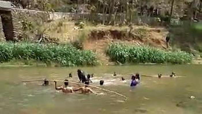 Tim SAR dan masyarakat saat mengevakuasi korban tenggelam di Sungai Oya, Bantul, Minggu (20/9/2020)..