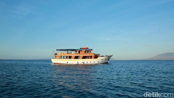 Kapal Magia II menawarkan paket berwisata dengan menyusuri pesona bahari Banyuwangi. Kapal Magia II kini bersandar di Pantai Marina Boom Banyuwangi.