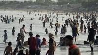 Ratusan Orang Kunjungi Wisata Pantai Santolo Garut