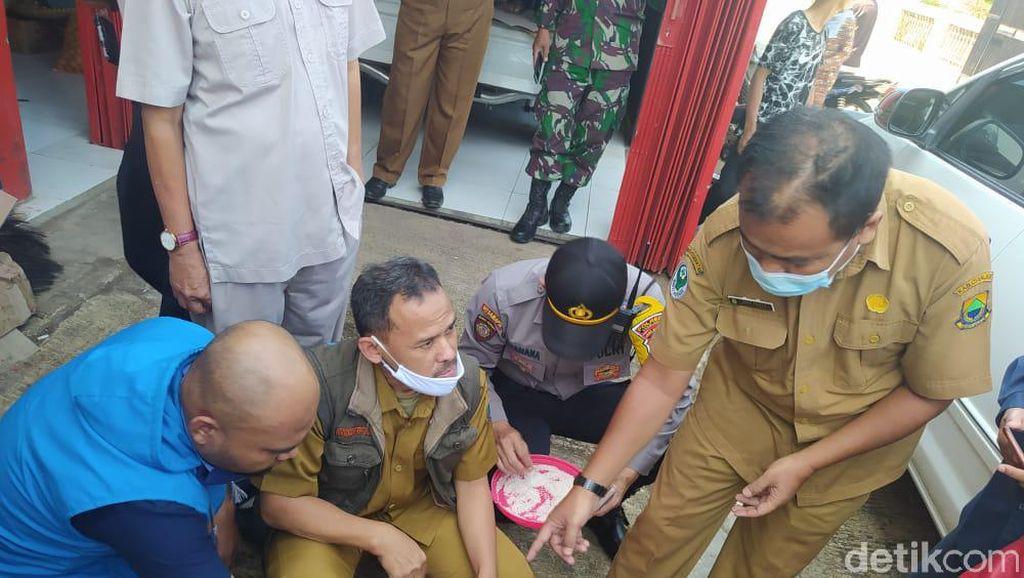Beras Bansos Bercampur Butiran Plastik Diterima 8 Keluarga di Cianjur