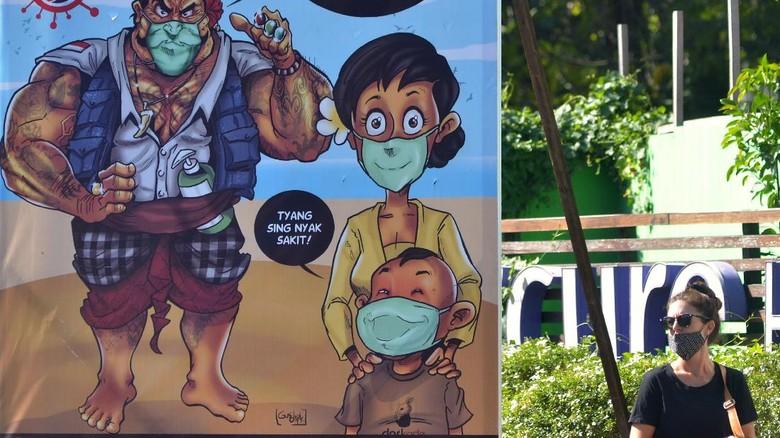 Wisatawan menyaksikan konser berkonsep drive-in bertajuk Bali Revival: New Era Festival di Rooftop Parkir Monkey Forest, Ubud, Gianyar.
