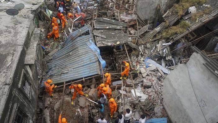 Sebuah bangunan di Mumbai, India, runtuh dan tewaskan 10 orang. Proses evakuasi masih berlanjut karena sejumlah orang dilaporkan terjebak di reruntuhan bangunan