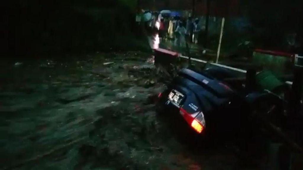 Video Terjangan Banjir Bandang di Cicurug Sukabumi, Mobil Terseret