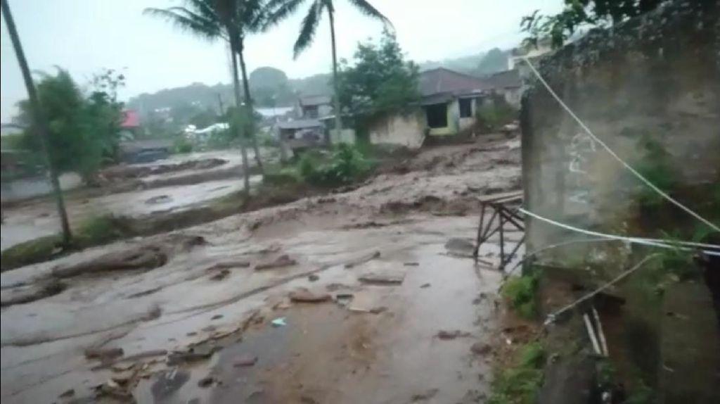 Banjir Bandang Terjang Perkampungan di Cicurug Sukabumi