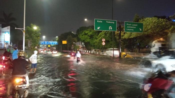 Jalan Letjen S Parman, Jakarta Barat, banjir, Senin (21/9/2020).