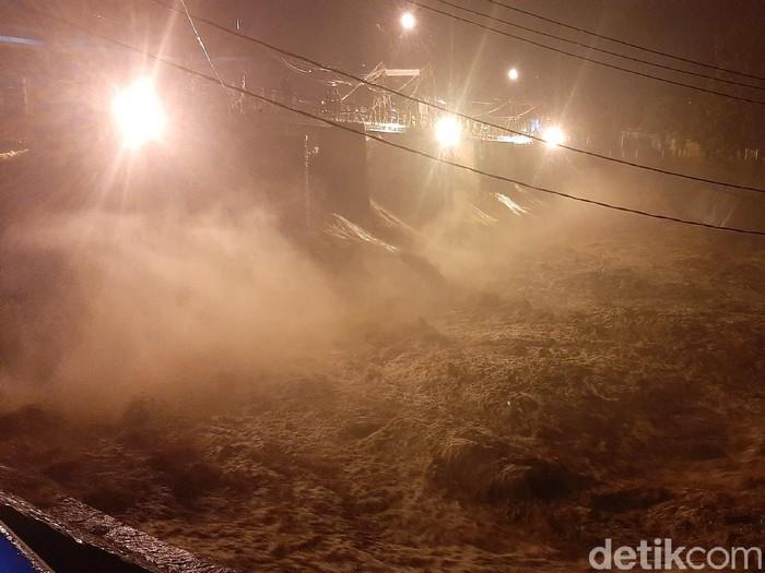 Bendung Katulampa Bogor siaga 1 usai debit air sungai Ciliwung naik