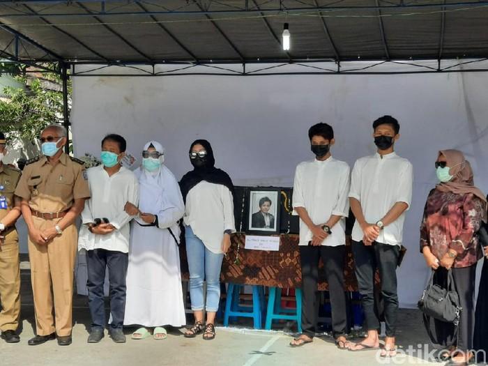 Bupati Sleman Sri Purnomo hadiri pemakaman korban mutilasi Rinaldi Harley Wismanu, Sleman, Senin (21/9/2020).