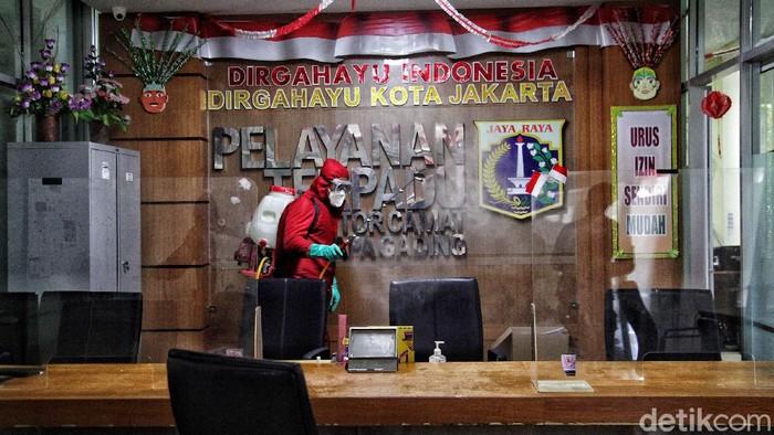 Camat Kelapa Gading, Jakarta Utara, M Hermawan meninggal dunia akibat COVID-19. Kini kantor Camat Kelapa Gading disterilkan dengan cairan disinfektan.