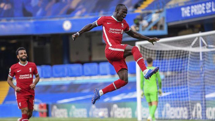 Liverpools Sadio Mane celebrates after scoring during the English Premier League soccer match between Chelsea and Liverpool at Stamford Bridge Stadium, Sunday, Sept. 20, 2020. (Michael Regan/Pool via AP)