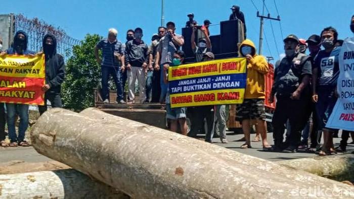Pulujan pemasok kayu sengon untuk bahan baku menggelar demo di Pabrik Bondowoso Indah Pulp (BIP). Mereka menagih pembayaran kayu senilai Rp 8 miliar lebih.